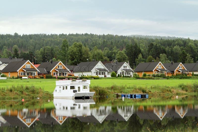 Hus längs sjön royaltyfri foto