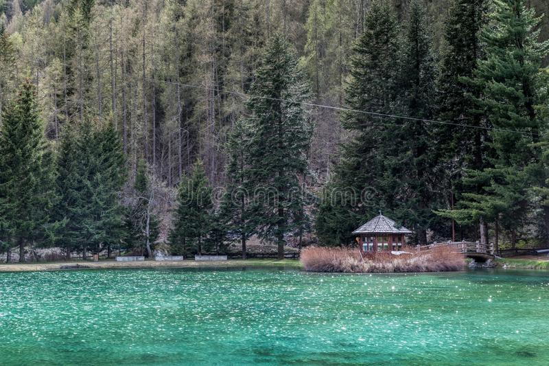 hus little som är trä Berg och träd reflekterar i en kall sjö i Gressoney royaltyfri fotografi