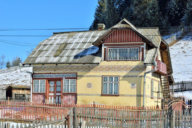 Hus målade som easter ägg, i byn Ciocanesti, ståndsmässiga Suceava, Rumänien arkivfoto