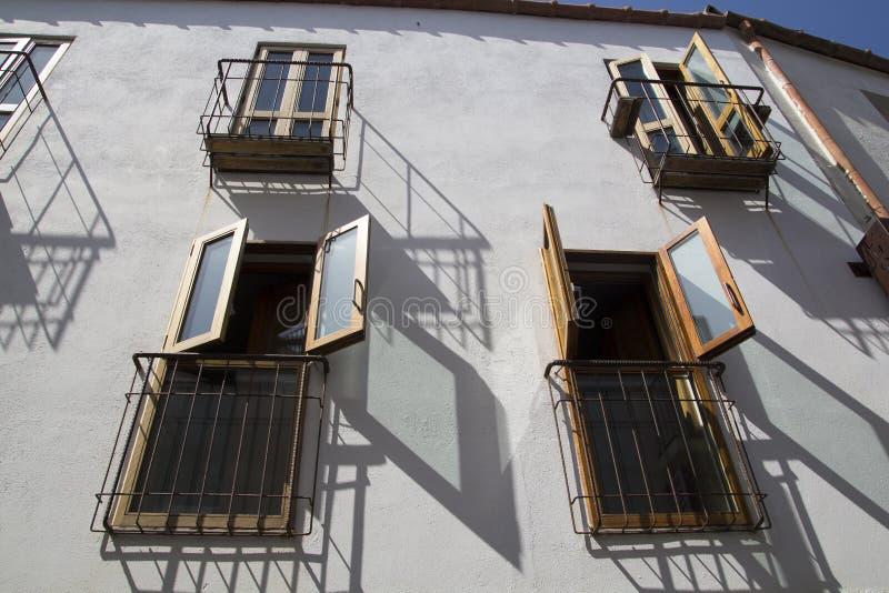 Hus med öppna fönster royaltyfria bilder