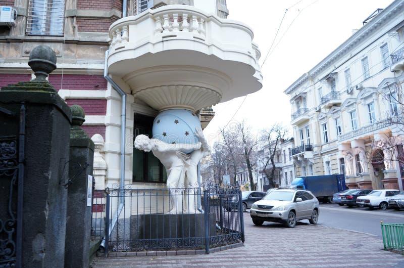 Hus med Atlantes i Odessa Ukraine Stöttande hörnbalkong för monument Byggt i 1899 ?r arkivfoto