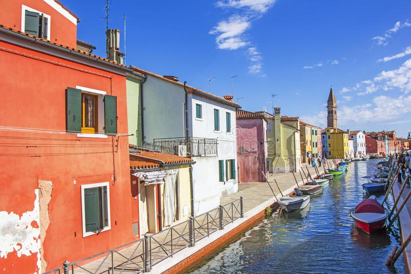 Hus med den färgrika fasaden i Burano, Italien arkivbilder