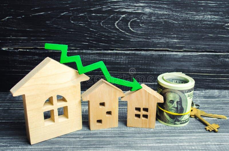 Hus med den gröna pilen ner En nedgång i egenskapspriser effektivitet för låg energi, fallande intresse på inteckna förminskning  arkivbilder