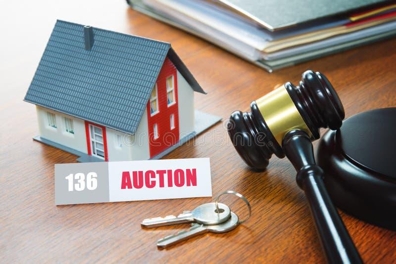 Hus med en auktionsklubba Utmätning fastighet, försäljning, auktion, buss royaltyfri fotografi