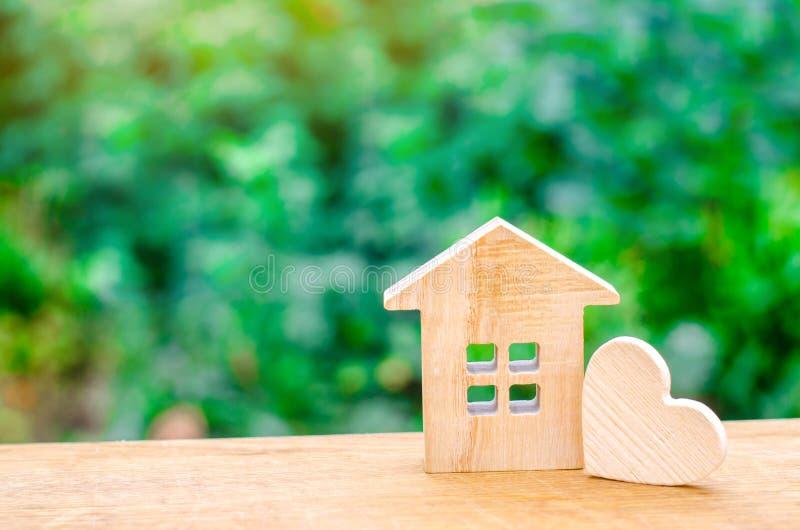 Hus med en trähjärta Hus av vänner Som man har råd med hus för unga familjer Hus för dag för valentin` s arkivbild