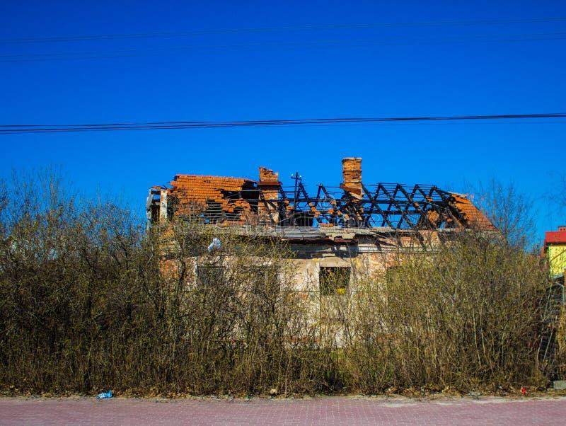 Hus med ett bränt tak royaltyfria foton
