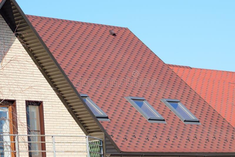 Hus med ett tak som göras av metallark arkivbild