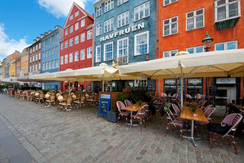 Hus med lilla cafes på Nyhavn arkivfoton