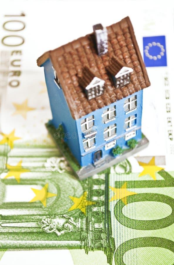 Hus med pengar - inteckna begrepp arkivfoto