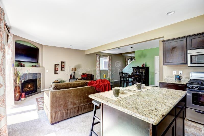 Hus med plan för öppet golv Kök och vardagsrum arkivbild
