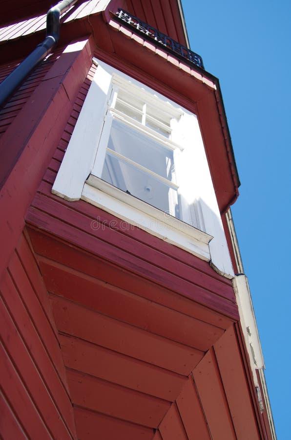 Hus med röd träyttersida royaltyfri bild