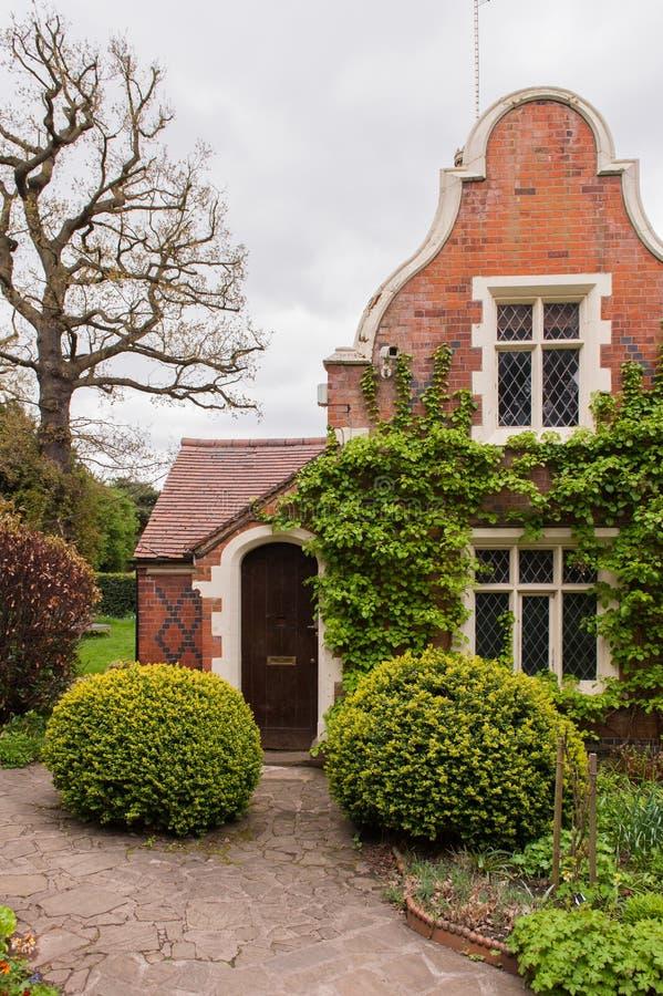 Hus med trädgården royaltyfri fotografi