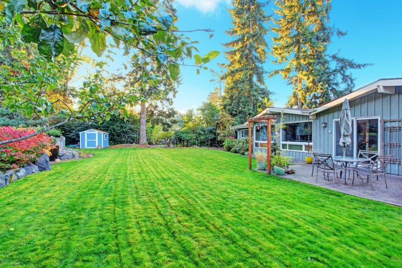 Hus med trädgårduteplatsområde royaltyfri bild