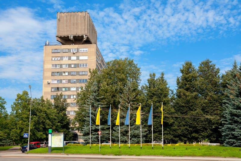 Hus med vattentornet Narva Estland royaltyfria foton