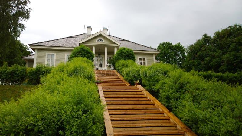 Hus-museet av Alexander Pushkin i den Mikhailovskoye Pskov regionen arkivbild