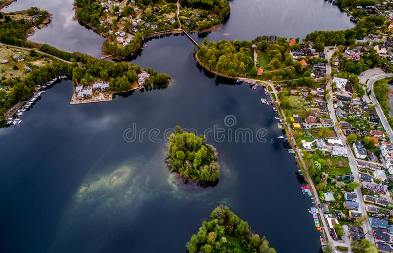 Hus nära vatten, öar fotografering för bildbyråer