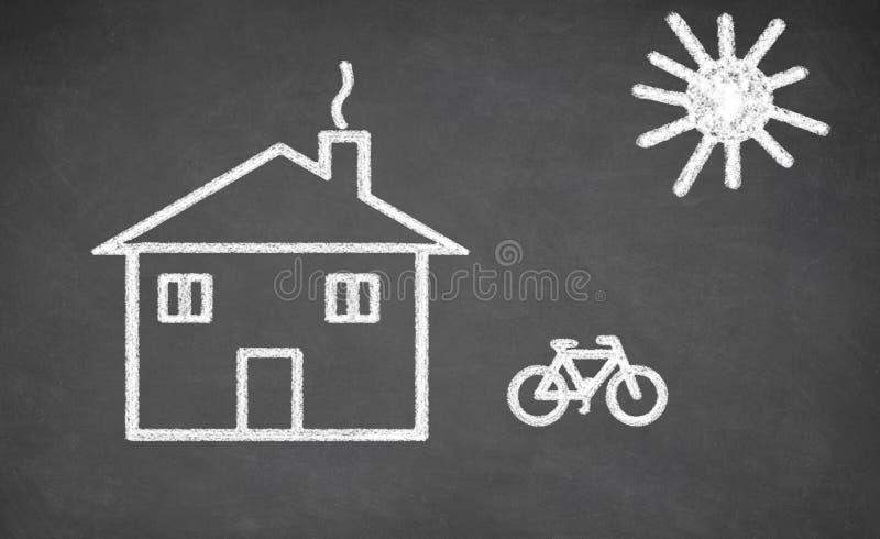 Hus och cykel som dras på den svart tavlan royaltyfri foto