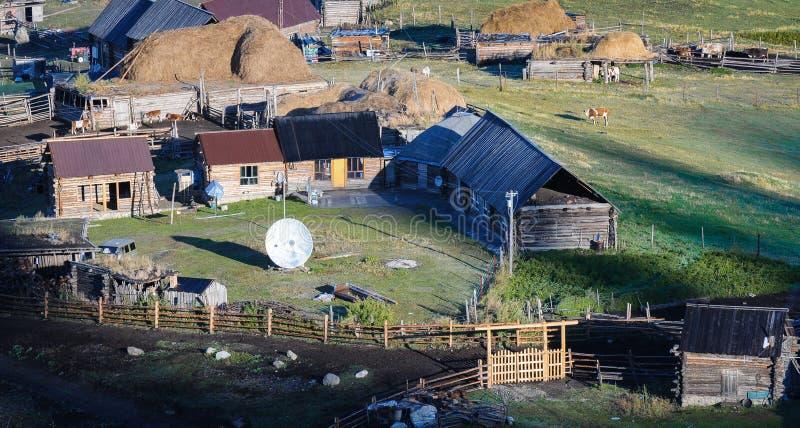 Hus och fält arkivfoto