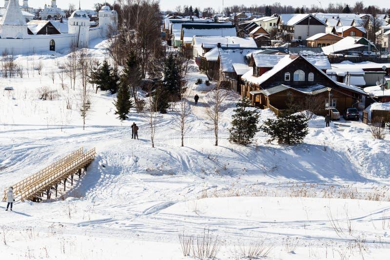 hus och fryst flod för kloster nära i Suzdal arkivbilder