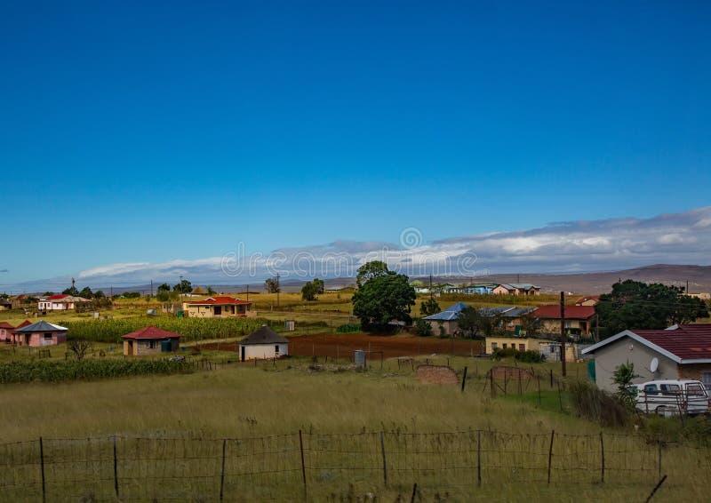Hus och kojor i den östliga udden av Sydafrika arkivfoto