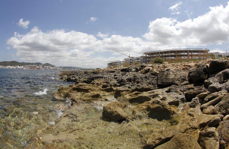 Hus och residentials under konstruktionssjösidan i kusten av San Antonio i det spanska Balearicet Island av ibizaen royaltyfria bilder