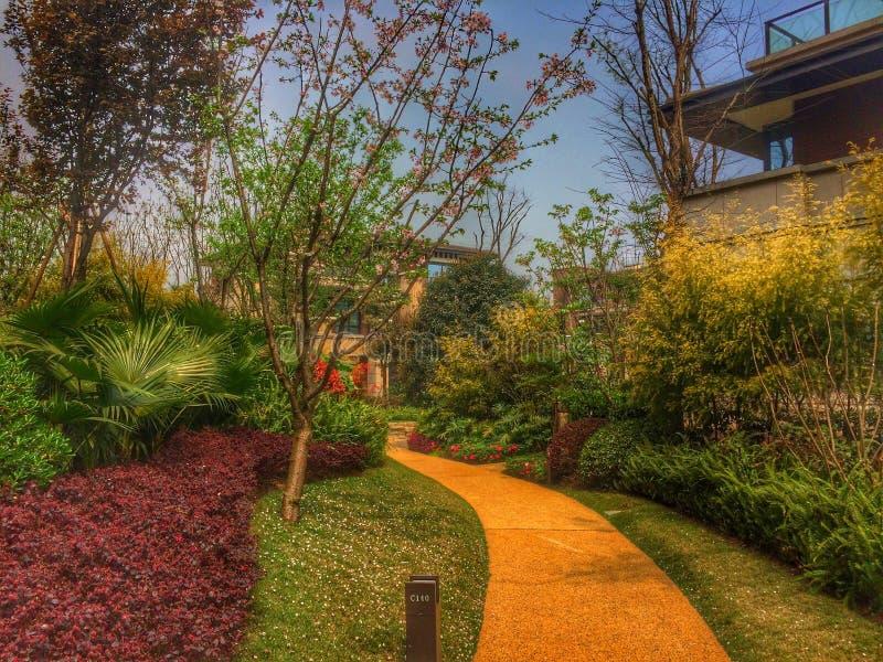 Hus och trädgård arkivfoto