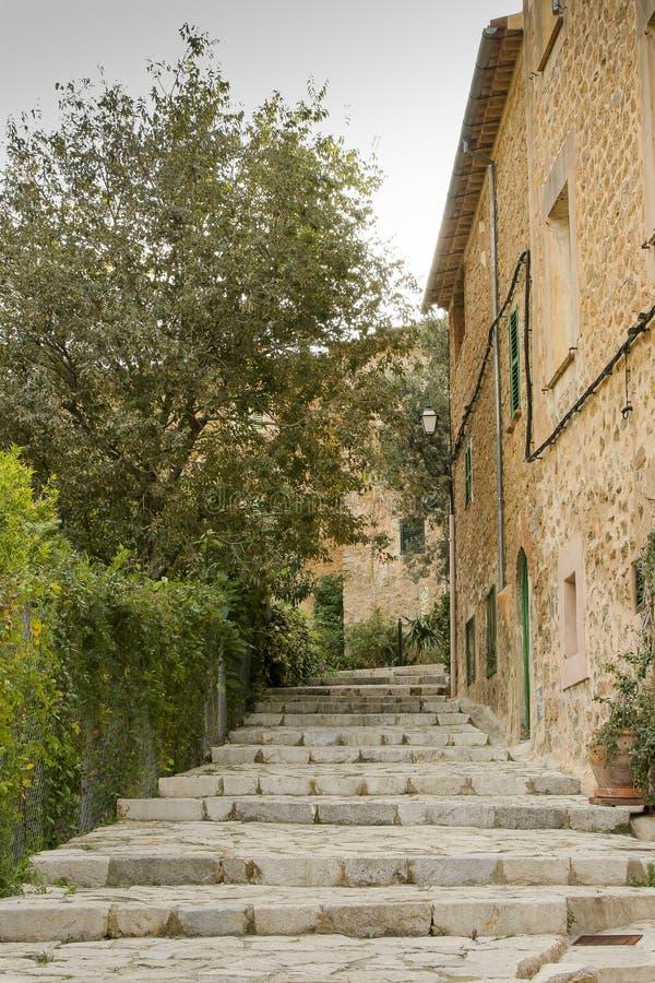 Hus och trädgård i Deia royaltyfri foto