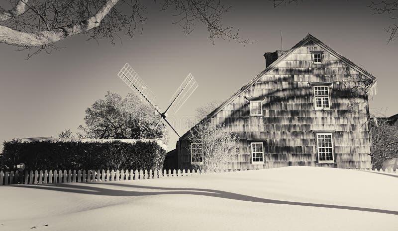 Hus och väderkvarn i östliga Hampton arkivfoto