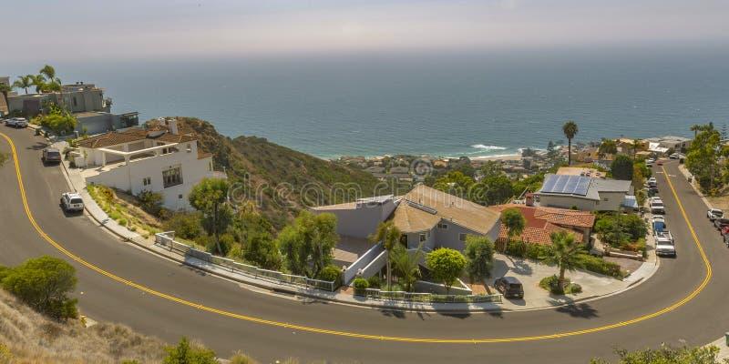 Hus och väg på en kulle på Laguna Beach CA arkivbild