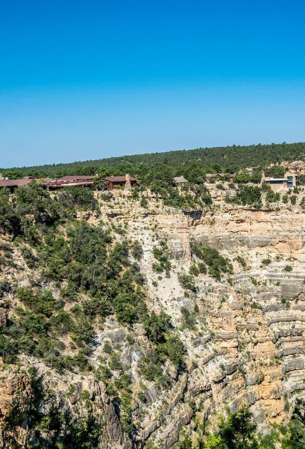 Hus ovanför vagga i den turist- byn av den Grand Canyon byn Den pittoreska naturen av den Grand Canyon nationalparken, Arizon royaltyfria bilder