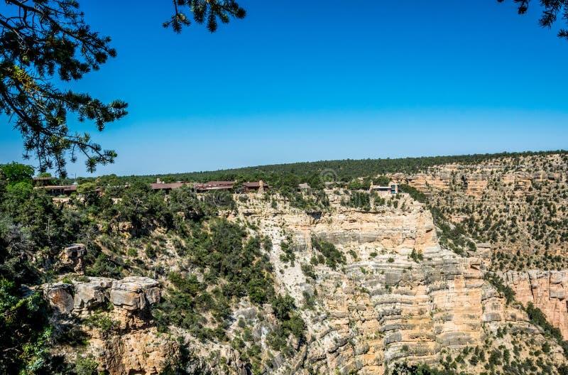 Hus ovanför vagga i den turist- byn av den Grand Canyon byn Den pittoreska naturen av den Grand Canyon nationalparken, Arizon fotografering för bildbyråer