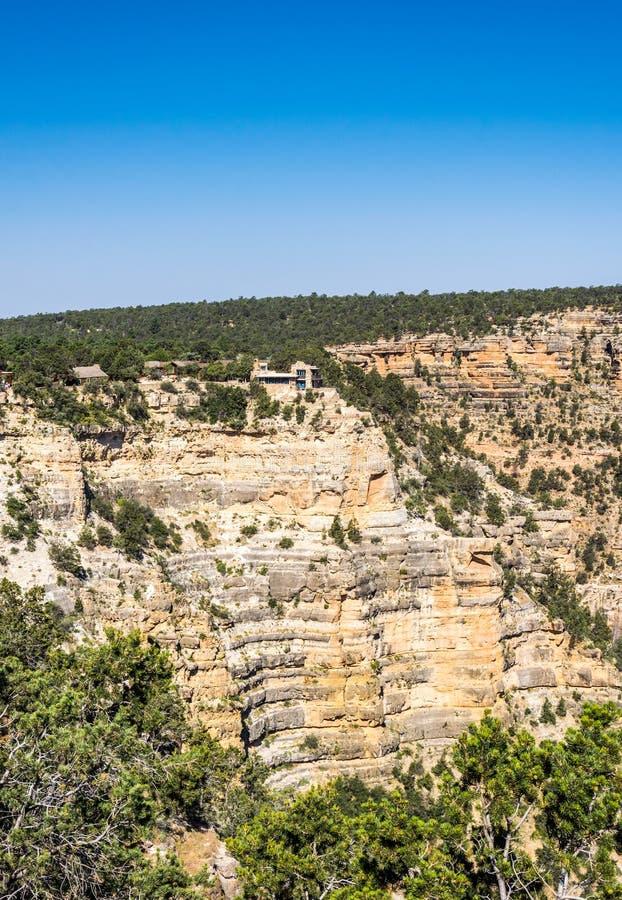 Hus ovanför vagga i den turist- staden av den Grand Canyon byn, Grand Canyon nationalpark, Arizona, USA arkivfoton