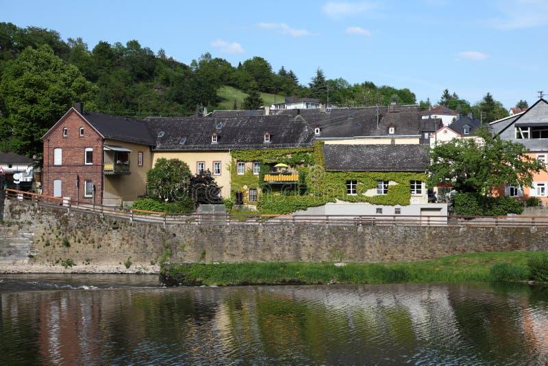 Hus på banken av den Lahn floden germany arkivfoto
