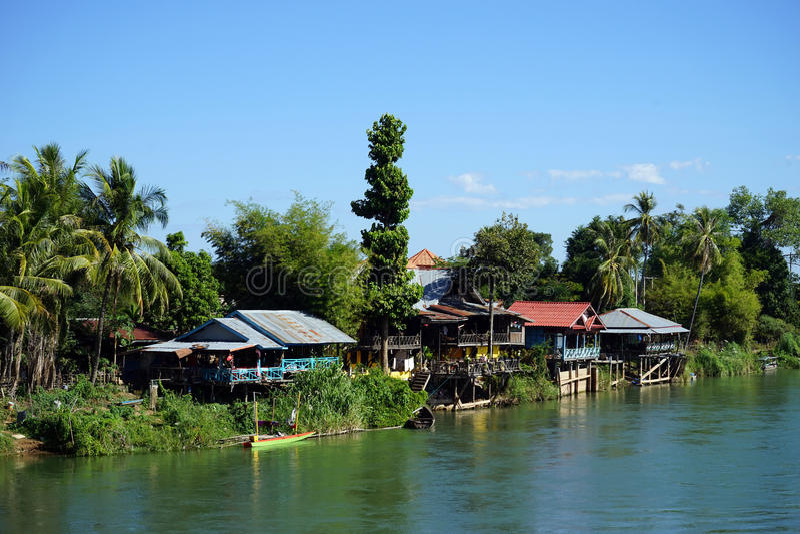 Hus på banken av Mekong royaltyfri fotografi