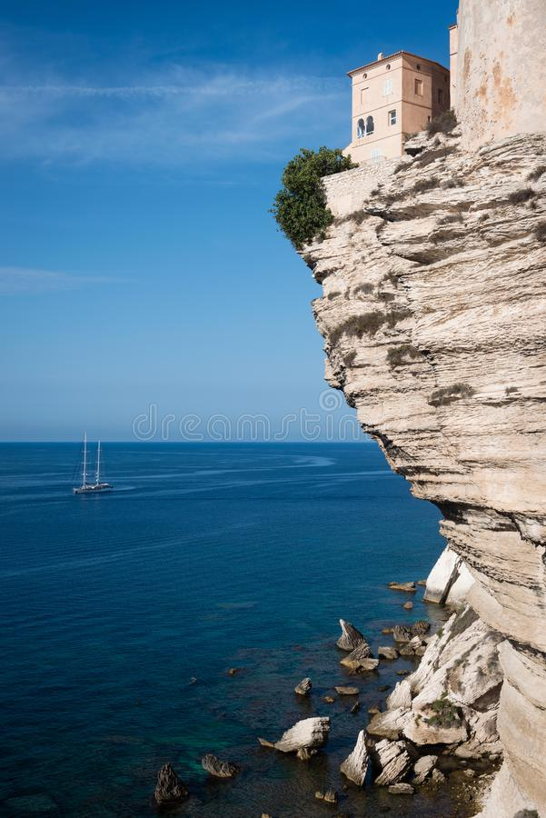 Hus på den branta klippan i Bonifacio, Korsika ö royaltyfri fotografi