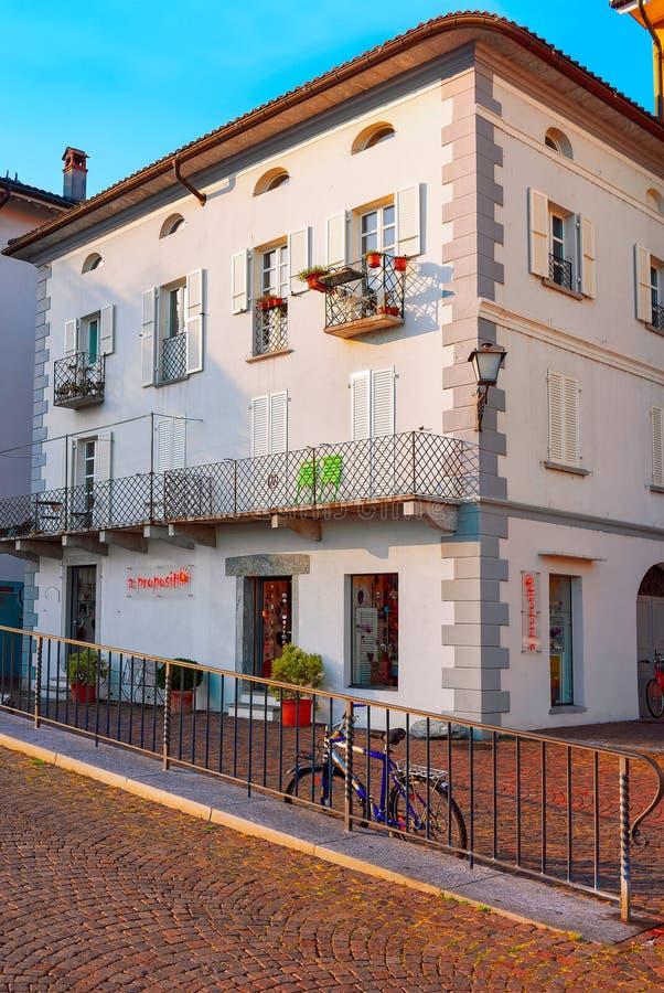 Hus på den dyra semesterorten av Ascona i schweizisk CH royaltyfri foto