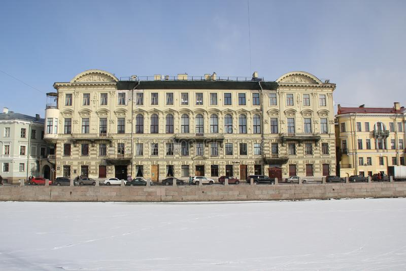 Hus på den Fontanka invallningen i vinter i St Petersburg, Ryssland arkivfoto