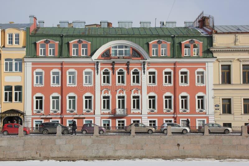 Hus på den Fontanka invallningen i vinter i St Petersburg, Ryssland royaltyfri foto