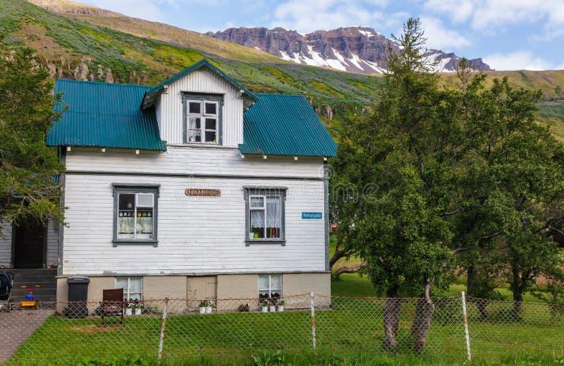 Hus på den Hafnargata gatan Seydisfjordur östliga Island Skandinavien arkivfoton