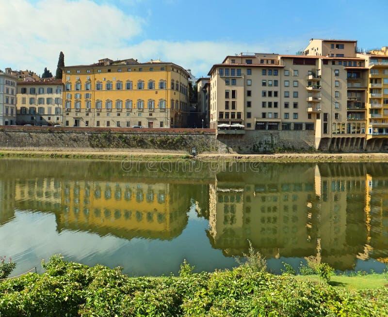 Hus på den sydliga banken av den Arno floden i Florence, Italien royaltyfri foto