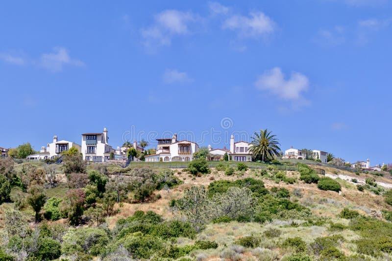 Hus på en kulle i den Newport stranden fotografering för bildbyråer