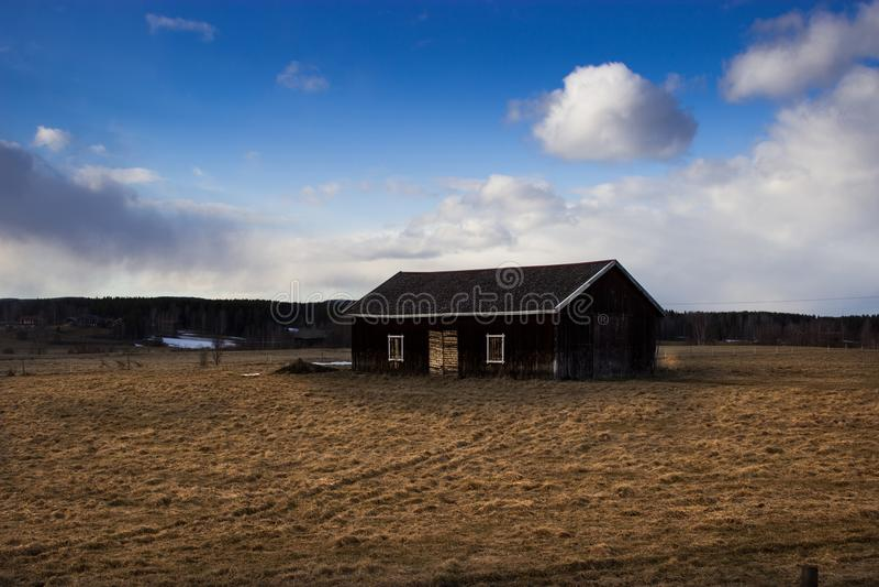 Hus på ett fält arkivfoto