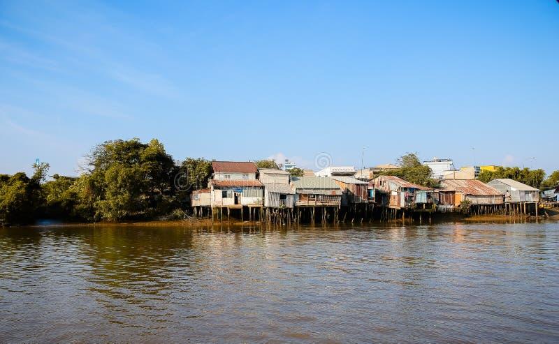 Hus på flodstranden arkivbilder