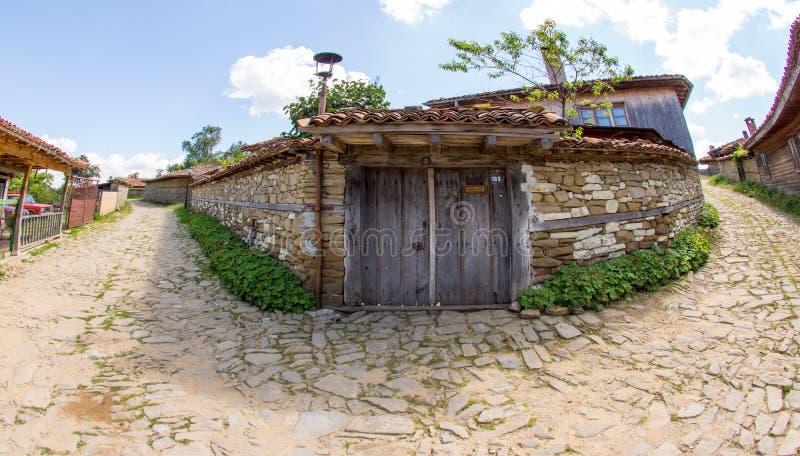 Hus på genomskärningen av gator i bergbyn av Zheravna, Bulgarien royaltyfri bild