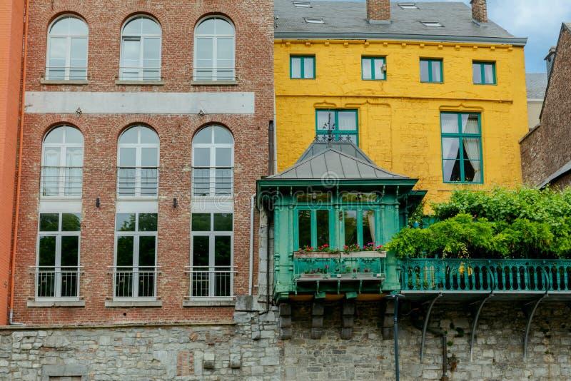 Hus på invallning av den Sambre floden i Namur _ royaltyfri bild