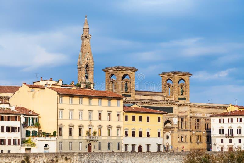 Hus på kajen och torn av basilikan Santa Croce royaltyfria foton