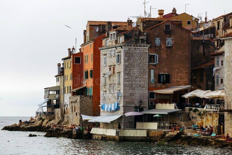 Hus på kanten av havet i den historiska delen av staden Rovinj i Kroatien royaltyfri bild