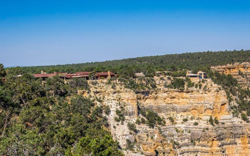 Hus på kanten av klippan En pittoresk panorama av den Grand Canyon byn i den Grand Canyon nationalparken Arizona FN arkivbilder