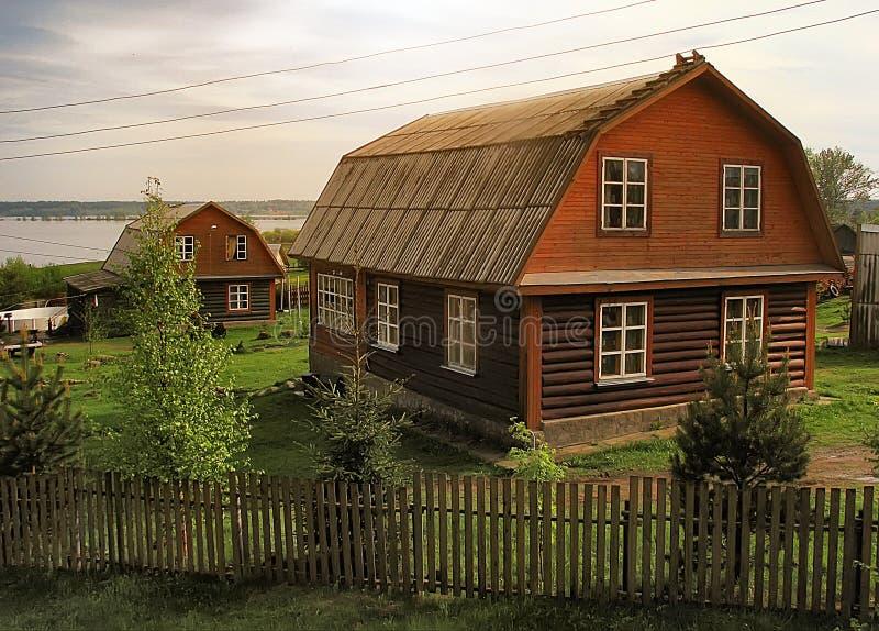 Hus på kanten av sjöar arkivfoto