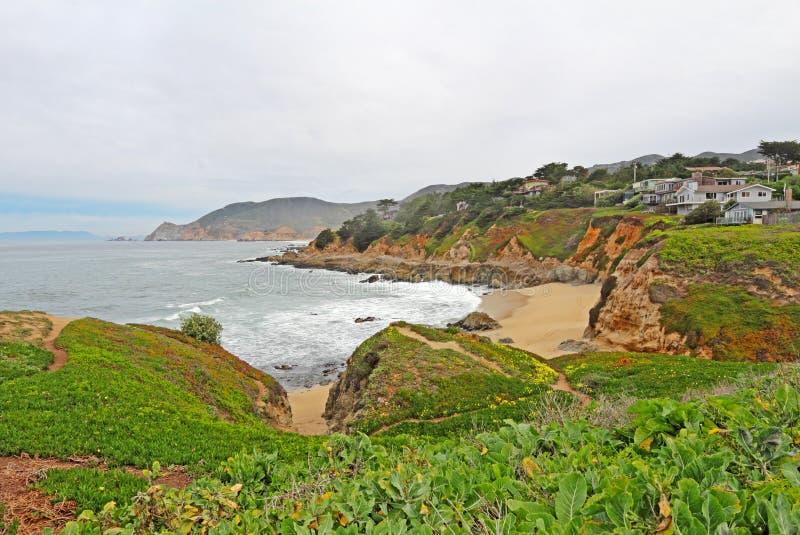 Hus på klippor över Montara den statliga stranden royaltyfri bild